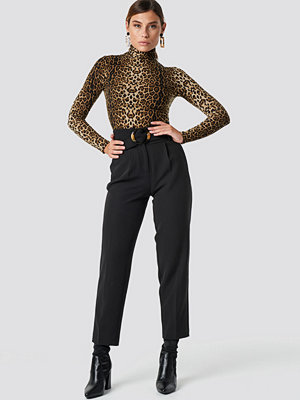 NA-KD Classic svarta byxor Asymmetric Belted Suit Pants svart
