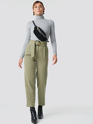 NA-KD Classic omönstrade byxor Asymmetric Belted Suit Pants grön