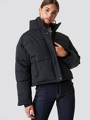 NA-KD Short Padded Jacket svart
