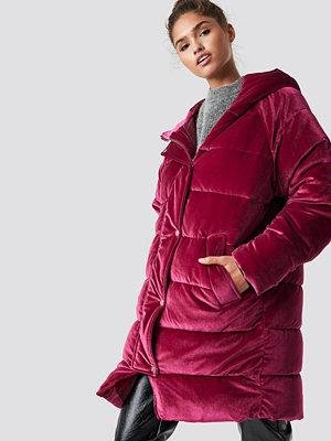 NA-KD Velvet Long Puffer rosa röd