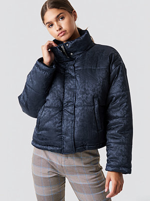NA-KD Shiny Jacquard Puff Jacket blå