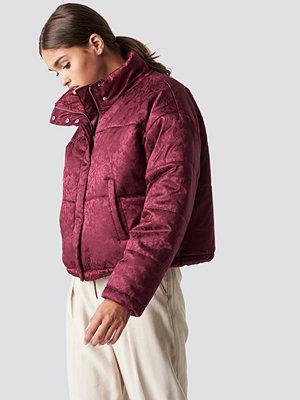NA-KD Shiny Jacquard Puff Jacket röd