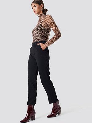 NA-KD Trend svarta byxor Creased Straight Suit Pants svart