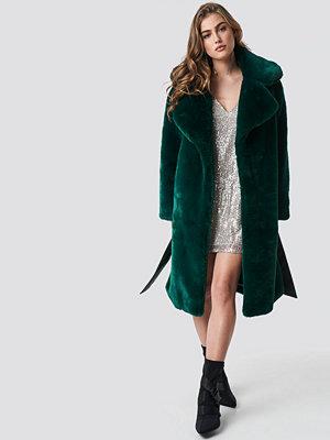 Hannalicious x NA-KD Belted Faux Fur Midi Coat grön