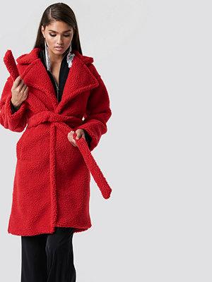 Hannalicious x NA-KD Midi Teddy Coat röd