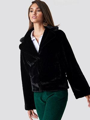 Hannalicious x NA-KD Wide Sleeve Faux Fur Jacket svart