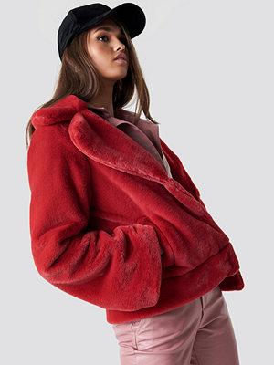 Hannalicious x NA-KD Wide Sleeve Faux Fur Jacket röd