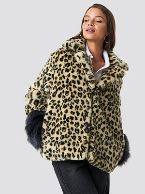 Hannalicious x NA-KD Sleeve Detailed Faux Fur Leo Jacket brun beige