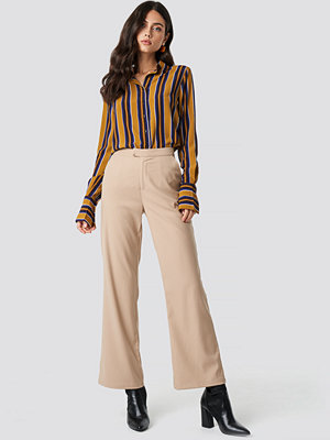 NA-KD Classic omönstrade byxor Tailored Flared Pants beige
