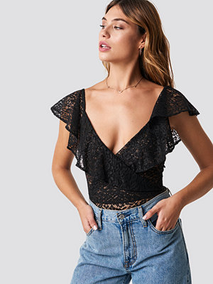 NA-KD Party Lace Flounce Body svart
