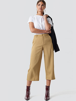 NA-KD omönstrade byxor Wide Cropped Trousers beige