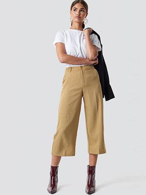 NA-KD omönstrade byxor Wide Cropped Trousers beige