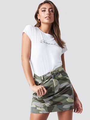 Pamela x NA-KD Camo Skirt grön