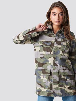 Pamela x NA-KD Long Camo Jacket grön