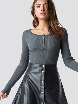 Pamela x NA-KD Front Button Light Knit Sweater grå