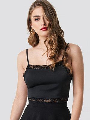 Pamela x NA-KD Cropped Lace Singlet svart