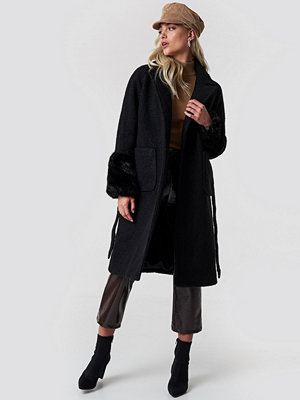 NA-KD Oversized Faux Fur Cuff Coat svart