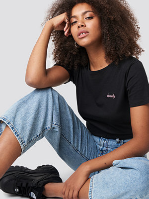 NA-KD Lovely Embroidery Basic Tee svart