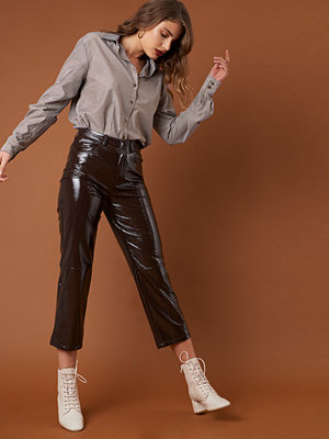 NA-KD Trend omönstrade byxor Cropped Patent Pants brun