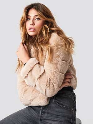 Linn Ahlborg x NA-KD Short Puff Faux Fur Jacket beige