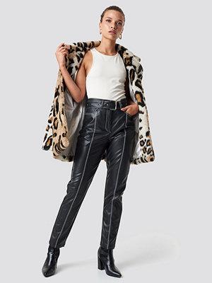 NA-KD Trend svarta byxor Contrast Seam Belted PU Pants svart
