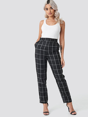 NA-KD Classic svarta rutiga byxor Tailored Plaid Suit Pants svart