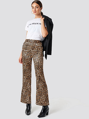 NA-KD Trend bruna mönstrade byxor Flared Shiny Leo Pants multicolor