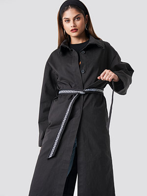 NA-KD Trend N Branded Sleeve Trench Coat svart