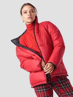 NA-KD Contrast Puffer Jacket svart röd