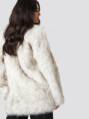 Dilara x NA-KD Round Neck Faux Fur Jacket vit
