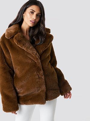 Dilara x NA-KD Soft Faux Fur Jacket brun