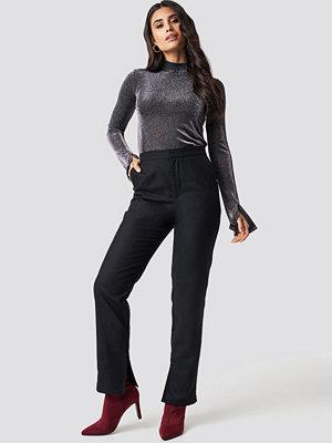 Dilara x NA-KD svarta byxor Front Slit Suit Pants svart