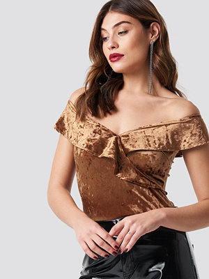 NA-KD Party Flounce Off Shoulder Velvet Top brun