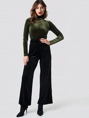 NA-KD Party svarta byxor Flared Velvet Pants svart