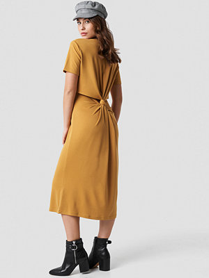 NA-KD Back Cut Out Dress orange gul röd