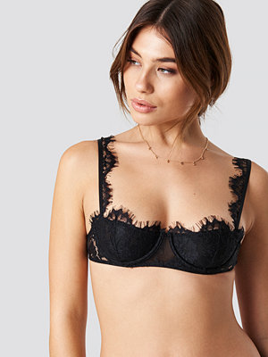 Pamela x NA-KD Feather Lace Cup Bra svart