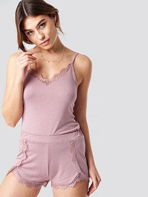 Pamela x NA-KD Lace Detailed Slip Singlet rosa