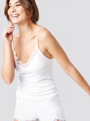 Pamela x NA-KD Lace Detailed Slip Singlet vit