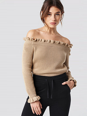 Pamela x NA-KD Ruffle Off Shoulder Knitted Sweater beige