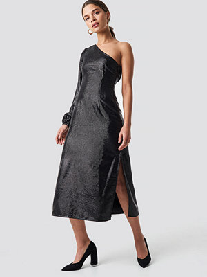 NA-KD Party One Shoulder Balloon Sleeve Midi Dress svart