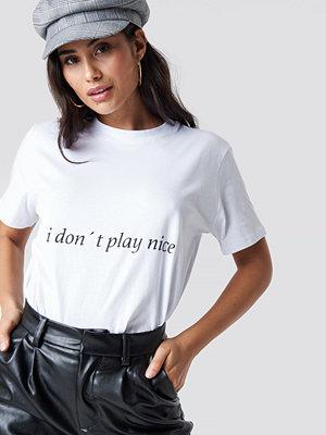 Chloé B x NA-KD I Don't Play Nice Tee vit
