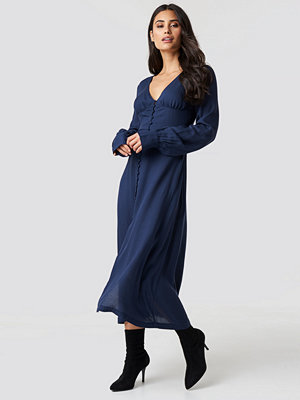 Chloé B x NA-KD Buttoned Midi Dress blå