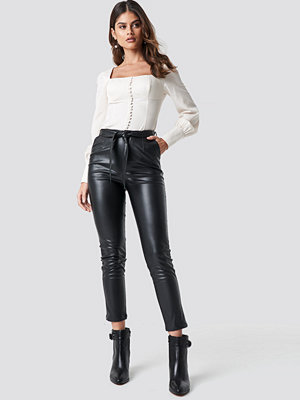 Luisa Lion x NA-KD svarta byxor Tie Belt Pants svart