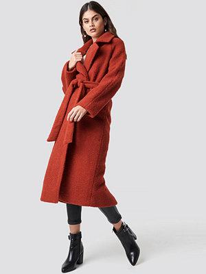 Luisa Lion x NA-KD Waist Belt Coat röd