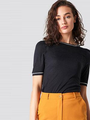 T-shirts - Astrid Olsen x NA-KD Contrast Seam Tee svart