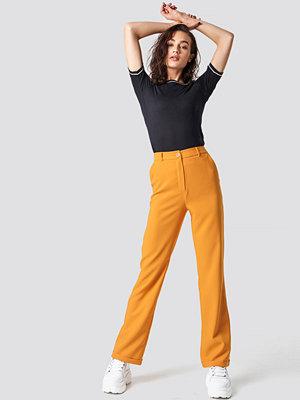 Astrid Olsen x NA-KD omönstrade byxor Folded Suit Pants orange