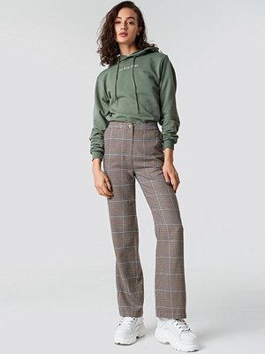 Astrid Olsen x NA-KD grå rutiga byxor Checked Suit Pants brun beige