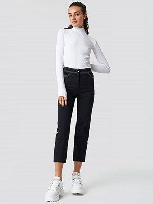 Astrid Olsen x NA-KD svarta byxor Contrast Seam Cropped Pants svart