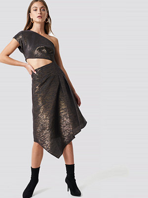 NA-KD Party Shimmery One Shoulder Midi Dress svart guld