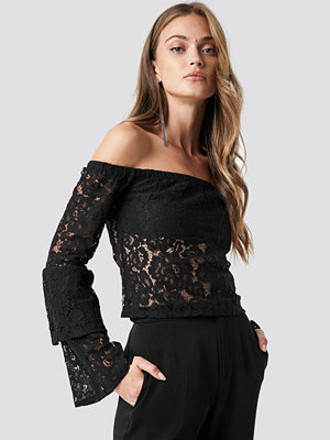 NA-KD Party Off Shoulder Flounce Sleeve Lace Top svart